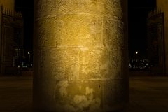 Massieve kolom dichtbij de poort in de avond nacht royalty-vrije stock afbeeldingen