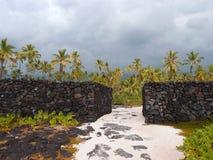 Massieve kunstmatige Rotsmuren van Pu'uhonua o Honaunau - Plaats van R Royalty-vrije Stock Afbeeldingen