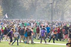 Massieve menigte op dag 420 stock fotografie