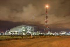 Massieve petrochemische productie-installatie tegen een bewolkte hemel bij nacht, Haven van Antwerpen, België Royalty-vrije Stock Foto's