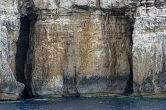 Massif de roche avec cavernes Photographie stock libre de droits