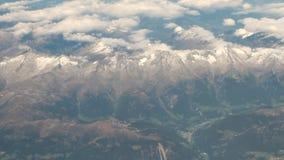 Massif et nuages, vue d'avion l'autriche banque de vidéos
