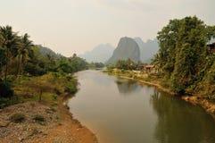 Massif karstique avec le Mekong Image stock