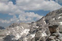 Massiv av berget som täckas av moln Fotografering för Bildbyråer