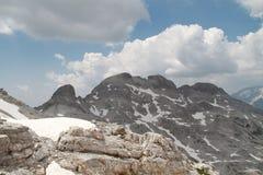 Massiv av berget som täckas av moln och snö Royaltyfri Foto