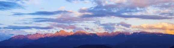 Massiv de Belledonne som ses från Grenoble Arkivfoto