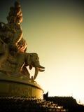 Massiv staty av Samantabhadra på toppmötet av Mount Emei, Kina Arkivfoton
