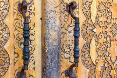 massiv träytterdörr med smidesjärnmetallhandtag i orientalisk stil fotografering för bildbyråer