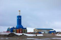 Massiv utrustning som används i denborrande affären i arktisken Fotografering för Bildbyråer