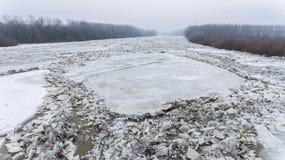 Massiva isisflak på den Tisza floden Arkivfoto