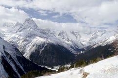 Massiva Kaukasus berg Dal mellan berg i norr Kaukasus bak oklarhetssunen Royaltyfri Foto