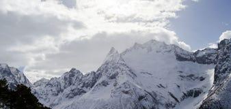 Massiva Kaukasus berg norr panorama för caucasus liggandeberg bak oklarhetssunen Royaltyfri Bild