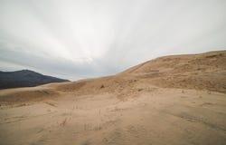 Massiva Kelso sanddyn i den nationella sylten för Mojave, Kalifornien på en molnig dag Royaltyfri Fotografi
