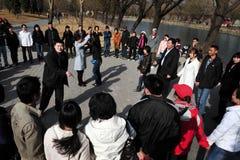 Massiva kinesiska singlar som möter i Beijing Kina Arkivbild