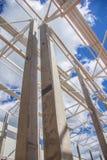 Massiva kolonner rymmer taket arkivbild