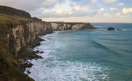 Massiva kust- klippor på Carrick-a-Rede som är nordlig - Irland Royaltyfria Foton