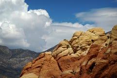 Massiva moln i bakgrund av berg på rött vaggar kanjonen, Nevada Arkivfoton