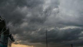 Massiva moln nära flygplats under åska och solnedgång stock video