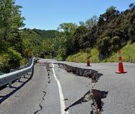 Massiva sprickor i de Hunderlee kullarna efter den Kaikoura jordskalvet Royaltyfria Bilder