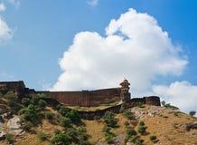 Massiva stärkte väggar av det Jaigarh fortet på en kulle ovanför Amber Fo Arkivbild