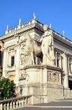 Massiva statyer av svängbara hjulet med hästen på den Capitoline kullen i Rome Royaltyfri Foto