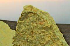 Massiva stycken av den tunga sulphuren från den Ijen vulkan Arkivfoto