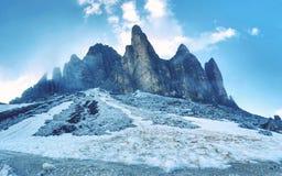 Massiva Tre Cime di Lavaredo, också bekant som Drei Zinnen Arkivbilder