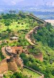 Massiva väggar av det Kumbhalgarh fortet, Indien Arkivbild