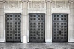 Massive Stahltür auf klassischem Neogebäude Stockbild