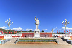 Massive statue on Mao Tse Tung against blue sky in Lijiang main Square Royalty Free Stock Photos