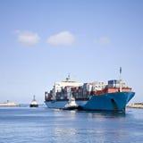 Massiver Containerschiff-hereinkommender Fluss-Mund lizenzfreies stockfoto