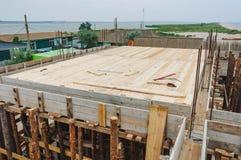 Massivholzböden unter der Platte im Bau Lizenzfreie Stockbilder