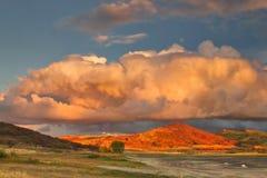 Massivt moln på solnedgången royaltyfria foton