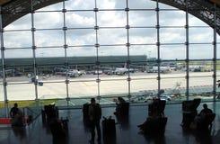 Massivt väntande rum med härlig sikt på nivåer förband till terminal F i den Charles de Gaulle flygplatsen arkivfoton