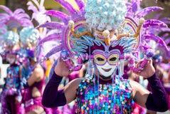 Masskara节日街道舞蹈面对凸轮的游行参加者 免版税库存照片