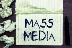 Massmedia för ordhandstiltext Affärsidé för gruppfolk som gör nyheterna till allmänheten av vad är den händande öppna antecknings royaltyfri bild