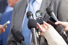 Massmedia intervjuar med affärspersonen isolerade mikrofoner för bakgrund trycker på konferensen white mikrofoner royaltyfria foton