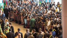 Massmedia som väntar utanför konferenskorridoren Arkivfoton