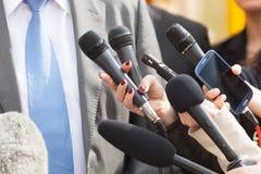 Massmediaintervju isolerade mikrofoner för bakgrund trycker på konferensen white Arkivbild