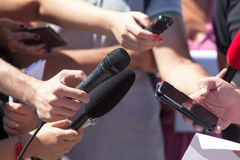 Massmediaintervju TV-sändningjournalistik Presskonferens mikrofoner Arkivbild