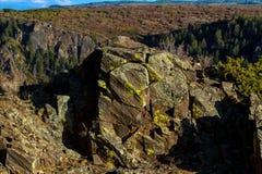 Masso enorme della muschio-roccia sul bordo superiore del canyon nero del parco nazionale di Gunnison in Colorado immagine stock libera da diritti