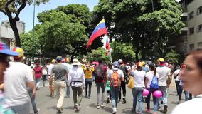 Massopposition samlar i Caracas mot Nicolas Maduro diktaturregering stock video