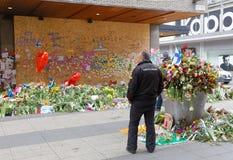 Massor av blommor i centrala Stockholm från folk som betalar respekt Royaltyfri Bild