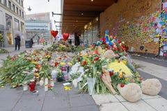Massor av blommor och meddelanden i centrala Stockholm från folkPA Royaltyfri Foto