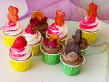 Massor av choklad-, jordgubbe- och karamellmuffin arkivfoto