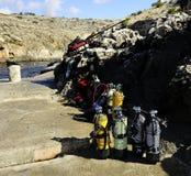 Massor av dykare luftar behållare som är klara för en dyk royaltyfri bild