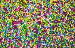 Massor av färgrika fusible plast-pärlor som används för konsthantverk Arkivbild