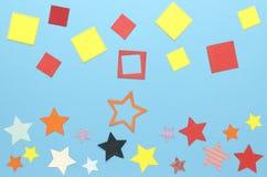Massor av färgrika fyrkanter och stjärnor som göras av papper royaltyfria foton