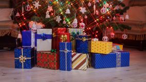 Massor av färgrika gåvor som visas under julträdet - stoppa rörelseanimeringen stock video
