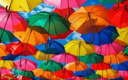 Massor av färgrika paraplyer i himlen arkivbild